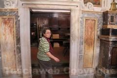 La signora Maria Zanasi mostra la chiesa ripulita