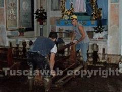 I cittadini ripuliscono la chiesa