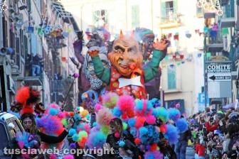 Carri e gruppi mascherati