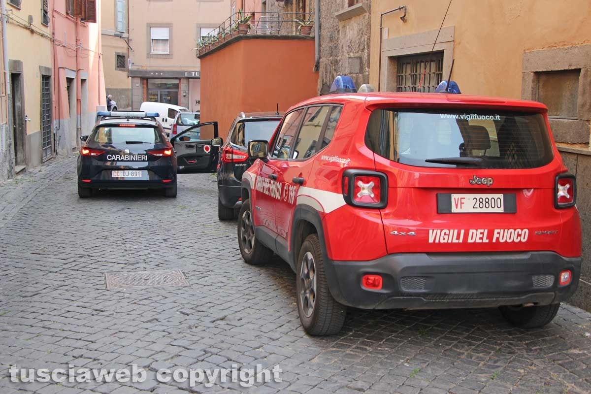 Viterbo - Casa in fiamme in via Lucchi - I carabinieri e i vigili del fuoco sul posto