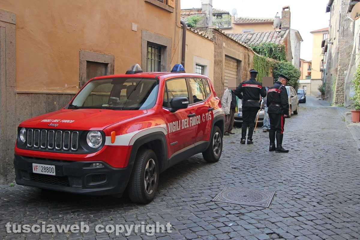 Viterbo - Casa in fiamme in via Lucchi - Carabinieri e vigili del fuoco sul posto