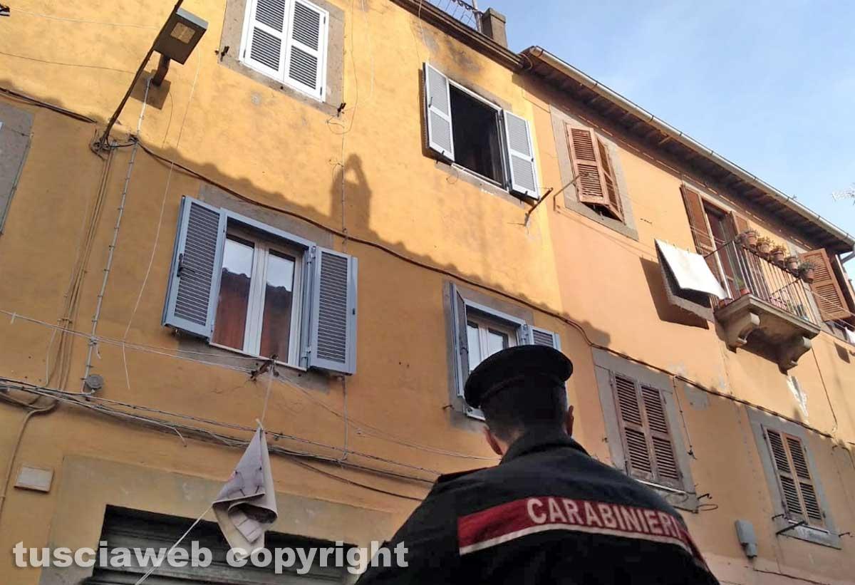 L'appartamento in fiamme in via Lucchi - I carabinieri sul posto