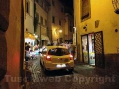 Le auto in centro la sera