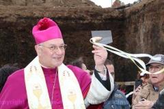 Posa della prima pietra della chiesa di Villanova - Il vescovo con la cazzuola, pronto a ricoprire la pietra