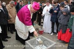 Posa della prima pietra della chiesa di Villanova - Il vescovo ricopre la pietra