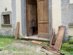 Le immagini della chiesa di San Terenziano, sfregiata dai vandali