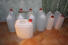 Le taniche di acqua distillata