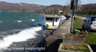Maltempo - Lago di Bolsena - Barcone alla deriva sul lungolago di Montefiascone - Foto Ileana Nunziati