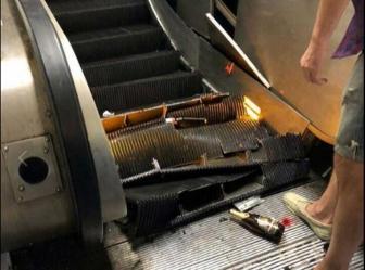 Crolla la scala mobile della metro,