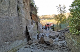 Viterbo - Crolla una grande parete di tufo in strada San Quirico