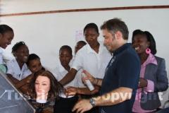 Roberto e le ragazze della scuola dei mestieri di Malindi