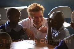 Il parrucchiere Giovanni Damiani fa amicizia con i piccoli della scuola