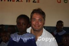 Roberto con una piccola studentessa