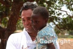 Riccardo Lilli, fratello di Roberto, con una bambina di una delle scuole di Karibuni