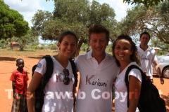 Il parrucchiere Giovanni Damiani con le due volontarie di Karibuni Paola e Laura