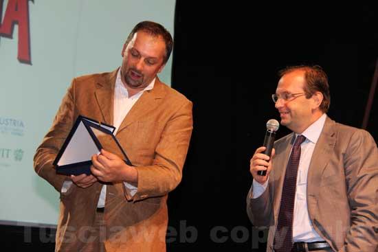 Aurelio Regina consegna una targa a Stefano Petrocchi della fondazione Bellonci