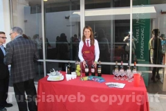 La degustazione dei prodotti della Tuscia fuori dall\'istituto italiano di cultura