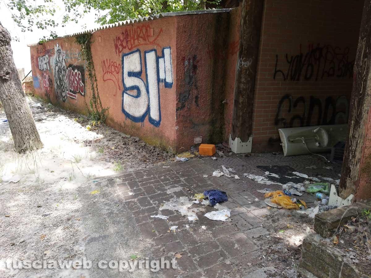 La sporcizia nella ex struttura Il Faro