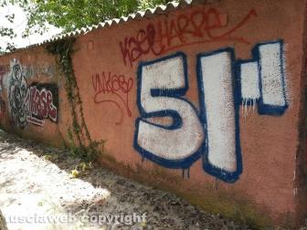 Le scritte sui muri della ex struttura Il Faro