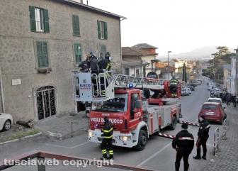 Montefiascone - Donna cammina sul tetto