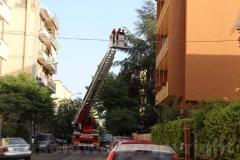 Donna giù dal balcone - L\'intervento dei vigili del fuoco