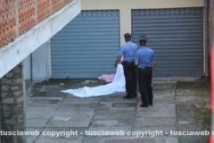 Il corpo della donna e i carabinieri intervenuti