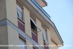 La finestra dalla quale sarebbe precipitata la donna