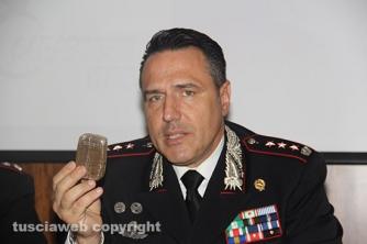 Bassano Romano - Sequestrata piantagione di droga e deposito di armi - Il colonnello Mauro Conte mostra un panetto di hashish