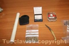 Un rotolo di cellophane, un bilancino, un coltello, una busta di semi sotto sequestro