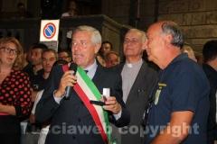 Il sindaco Michelini riceve un omaggio dal comitato centro storico