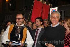 Il ministro Quagliariello premia uno degli sbandieratori