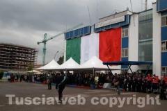 Una maxibandiera dell\'Italia sulla facciata della caserma