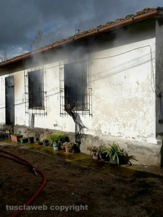 Incendio in una casa sulla Teverina - L\'intervento dei vigili del fuoco