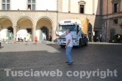 I camion arrivano in piazza del Comune