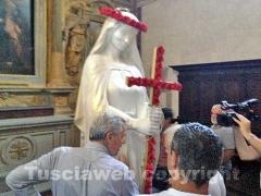 Il sindaco porta fuori dal Comune la statua di Santa Rosa