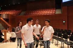 I ragazzi all\'interno del Soka performing arts center
