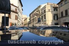 Fontana grande deturpata e assediata dalle auto