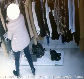 Viterbo - Furto in un negozio del centro - Le immagini delle telecamere