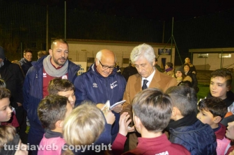 Gianni Rivera s'intrattiene con i bambini dell'Asd Tarquinia Calcio