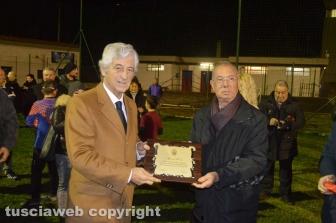 Il segretario dell'Asd Tarquinia Calcio Antonio Menegaldo premia Gianni Rivera