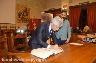 Tarquinia - Rivera lascia un ricordo sul libro delle firme del comune