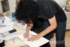 Giovanni Allevi firma il libro degli ospiti di Tusciaweb