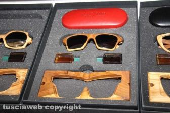 Gli occhiali in legno dell'artigiano Massimo Panetti