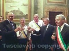 Il brindisi tra Letta, Grasso, i facchini e il sindaco
