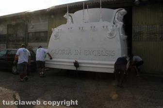Gloria posizionata sui camion