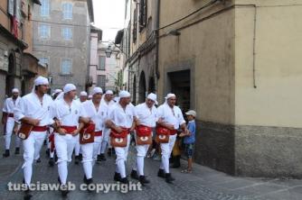 I facchini attraversano al città