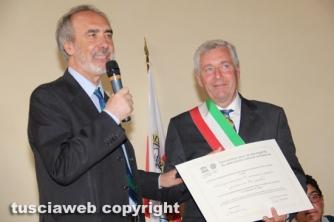 Il sindaco Michelini con la pergamena Unesco