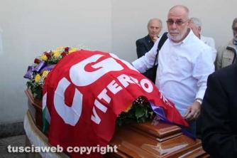 Il segretario della Cgil Carlo D\'Ubaldo sistema la bandiera del sindacato sulla bara di Innocenzi
