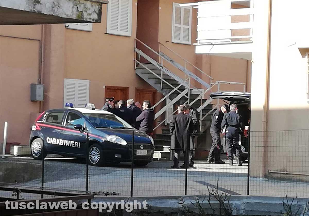 Ronciglione - Ragazza cade dalle scale e muore - L'arrivo del Pm Franco Pacifici e dei carabinieri