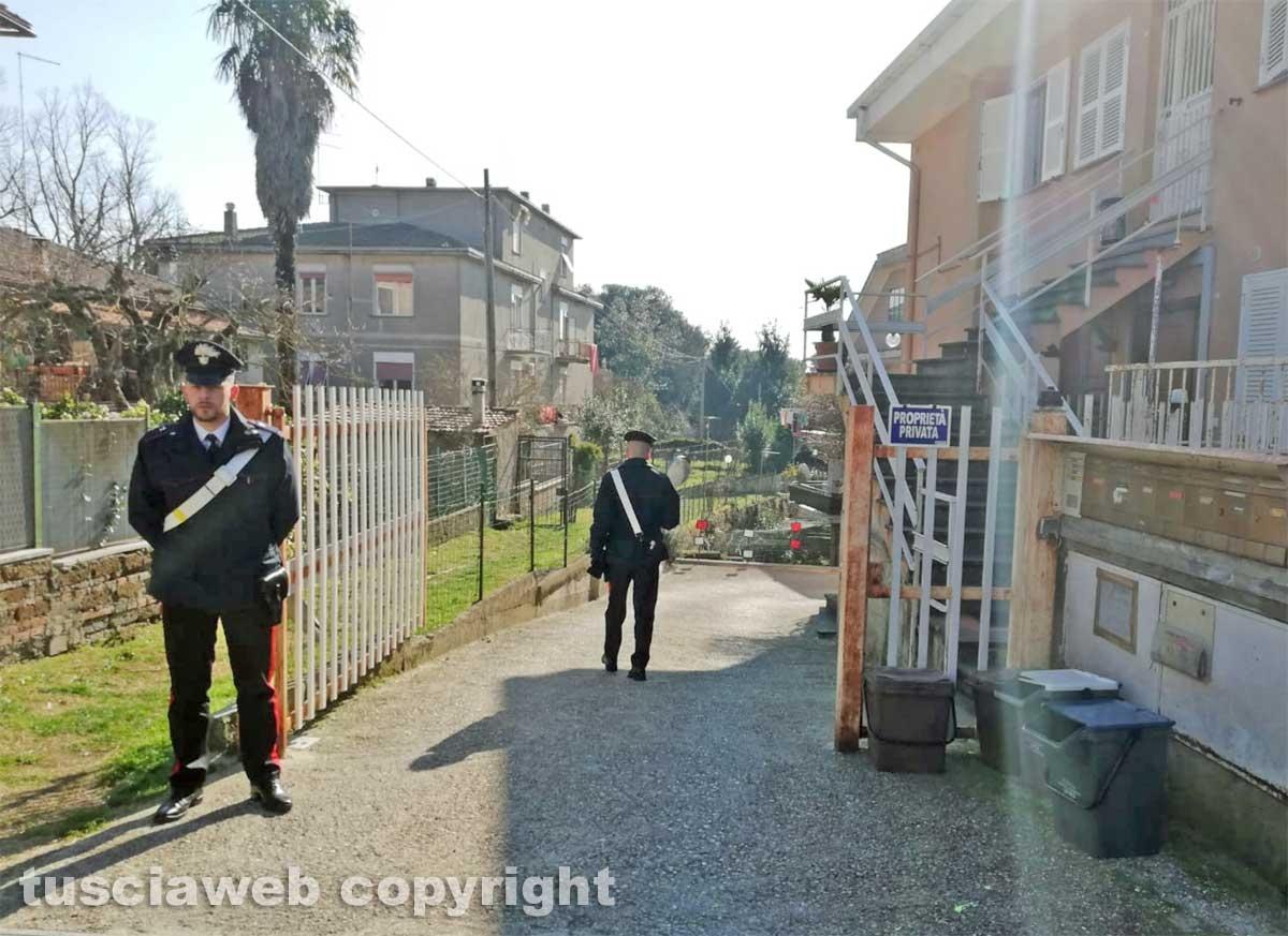Ronciglione - Ragazza cade dalle scale e muore - I carabinieri presidiano la casa